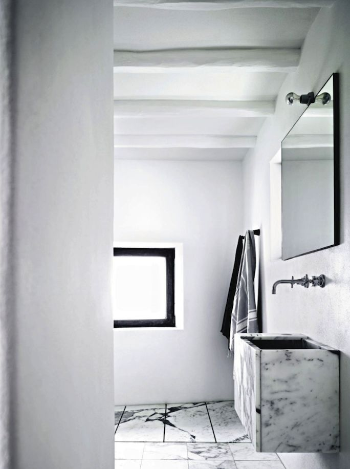 House Tour : Ingrid Bergman's former residence | Marble bathroom.