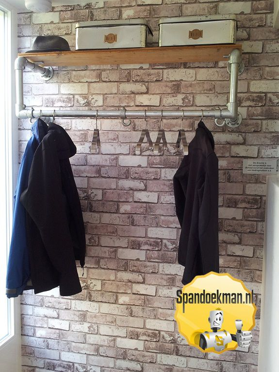 Wandkapstok gemaakt met behulp van steigerhout, steigerbuizen en buiskoppelingen. #Spandoekman #DIY #DoeHetZelf #knutselen #wand #kapstok #wandkapstok #steigerhout #steigerbuizen #buiskoppelingen