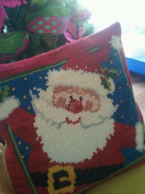 Cojin de navidad Santa de punto cruz. Esterilla y lana gruesa.  ***http://www.pinterest.com/alejasolisc/***