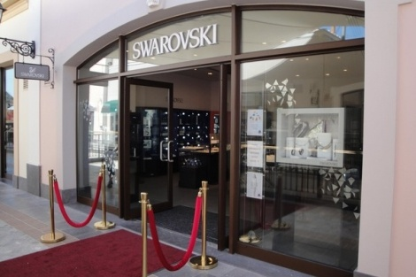 Με νέο ιδιόκτητο κατάστημα Swarovski Outlet υποδέχθηκε το Φθινόπωρο ο Οίκος Swarovski. Από τις 6 Σεπτεμβρίου 2012, οι καταναλωτές του εκπτωτικού χωριού Mc Arthur Glen στα Σπάτα, έχουν τη δυνατότητα να χαίρονται τη λάμψη των διαχρονικών κρυστάλλων, σε ειδικά προνομιακές τιμές!