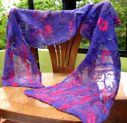 Chalina en fieltro nuno sobre chiffon de seda violeta con aplicaciones de seda, ramio, lino y cáñamo