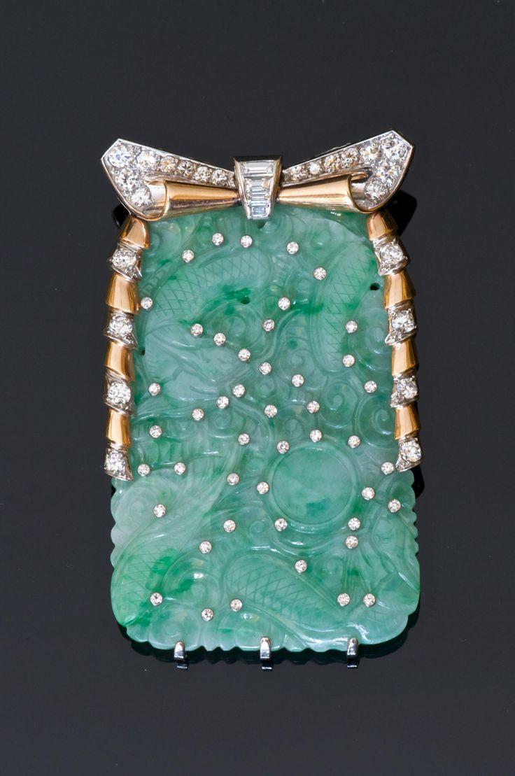 Broche d'époque Art Déco - Or et platine formée d'une plaque de jade jadéite chisoise gravée d'un dragon combattant piqueté de petits diamants. - Travail français.circa 1930