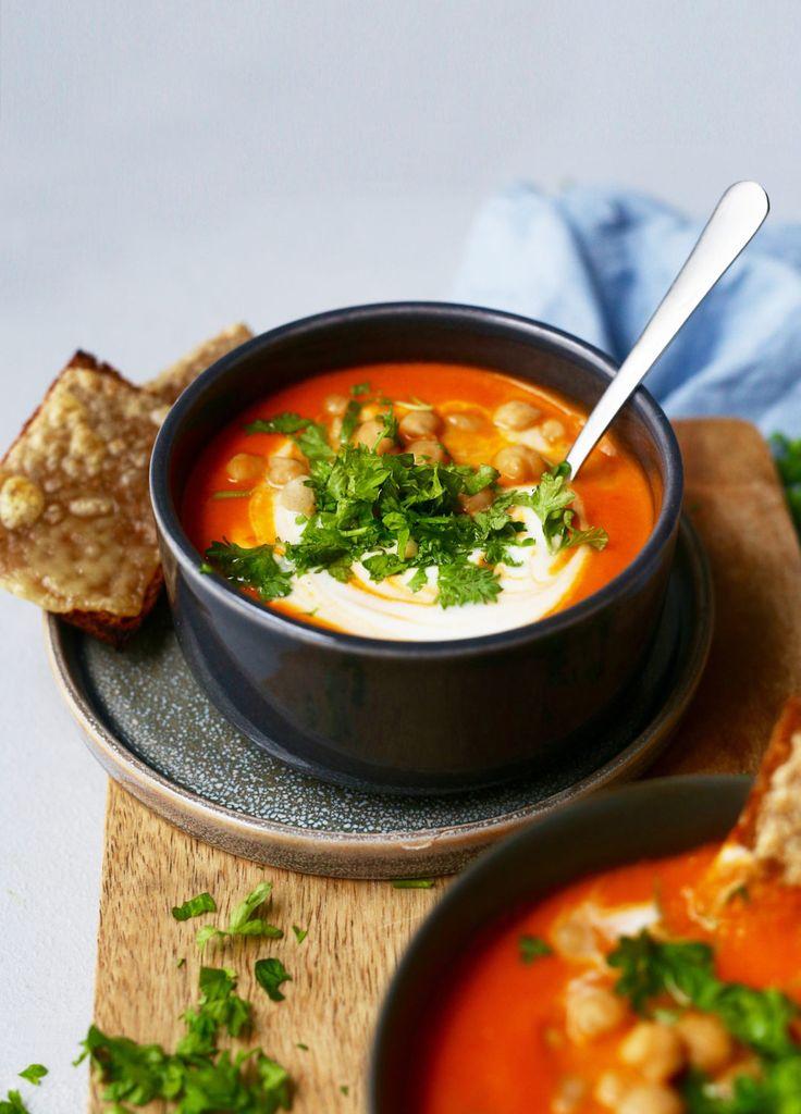 Denne tomatsuppen lager du enkelt og serverer med rugbrød, kokosmelk og persille.