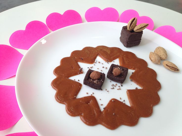 It's almost Valentine's Day! Want a bit of a lighter dessert to celebrate? Of course, with chocolate. :-) We printed a light chocolate mousse in 3 cubes and added chocolates and almonds. We also printed a caramel sauce (a circle of hearts connected to one another)... A great sauce to go along with the chocolate mousse and the roasted almonds! Not too heavy, and a light ending to a meal. Love it!