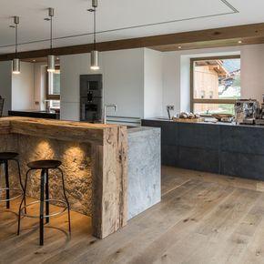 Blick vom Essbereich in die offene Küche