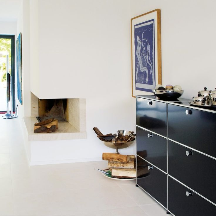 USM Haller Sideboard im Wohnraum (mit neun Klapptüren) - Schwarz