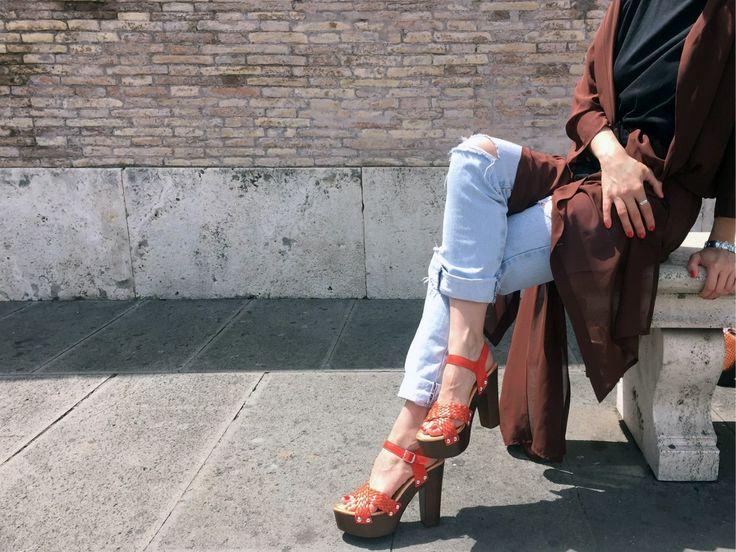 Sandali con tacco in legno, dal mood anni 70′.  Questo tipo di scarpa adatto a tutti ai tipi di look per trascorrere questa primavera in comodità  aggiunge   un tocco di originalità e femminilità.