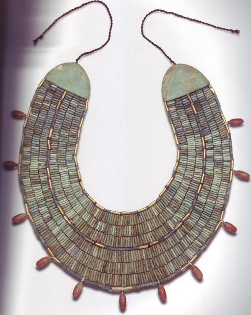 La joyería egipcia.Collar userkh formado por cuentas tubulares y colgantes en forma de coleóptero. Pasta vidriada y jaspe, Imperio Medio.