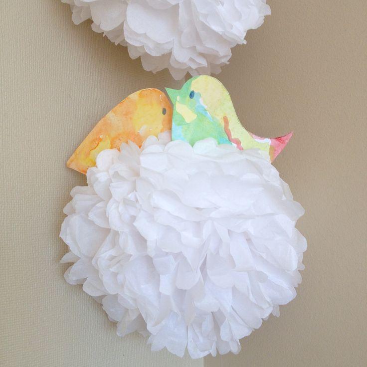 Pompones de papel con pajaritos pintados a mano