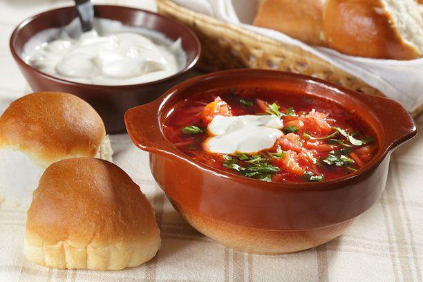 Для меня начало ноября – это время некоторой ностальгии. Когда на носу ноябрьские праздники, неизбежно вспоминаешь собственное советское детство – политически безразличное, но очень счастливое. Дать волю ностальгии можно на кухне – приготовим что-нибудь, что ассоциируется с советской кухней. Для меня это – горячий борщ. Тем более, он отлично согревает, когда на улице холодно, слякотно и выпал первый снег.