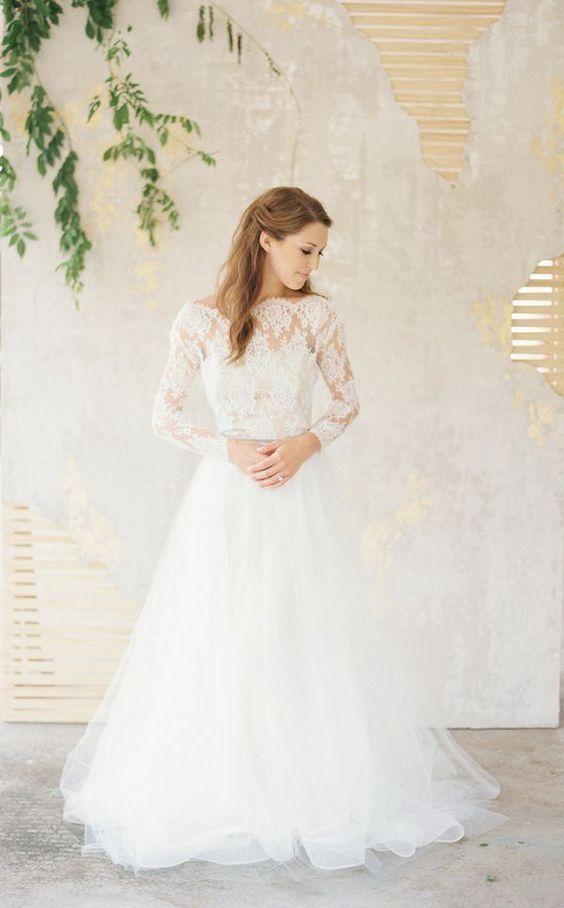 Spójż jakie inspirujące i powabne mogą być ślubne suknie z długimi rękawami. Takie suknie potrafią dodać pannie młodej powabu, elegancji, a ślubnej kreacji nowoczesnego, modnego smaczku.   Ten typ sukni może być prosty - rustykalny, vintage lub seksowny i wykwintny - w stylu glomour, wszystko zależy od Twoich preferencji.   Długie, koronkowe rękawy, haftowany gorset i tylne wycięcia sprawiają że te suknie są wspaniałe i romantyczne. Często zapierają dech w piersiach ... nie tylko Pana…