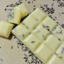 Für ein Vollbad bricht man einfach 2 bis 3 Stücke der Schokolade ab und lässt sie im Badewasser schmelzen.