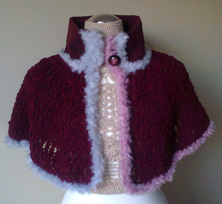 Cloak dark red woolen yarn and of fabric collar, around wired gray and pink. Button tightens with dark red streaked pink.  Visit Doce Açucena no facebook: https://www.facebook.com/pages/Doce-A%C3%A7ucena/239223889555620  acucena.doce@gmail.com  Tlf.: +351 922052180 (for connecting from the foreign)