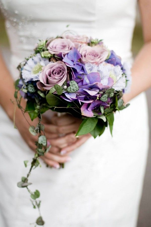 Purple and pink wedding bouquet / published on www.dittbrollop.se / photo: Sofia Eckerblad