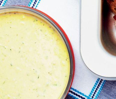 Fetaostdipp med sardeller - Portioner:  6 handle 6 vitlöksklyftor 1/2 dl olivolja 1 msk pinjenötter 400 g fetaost 2 msk färskpressad citronjuice 3 sardellfiléer 1/2 dl grovhackad persilja 4 basilikablad peppar