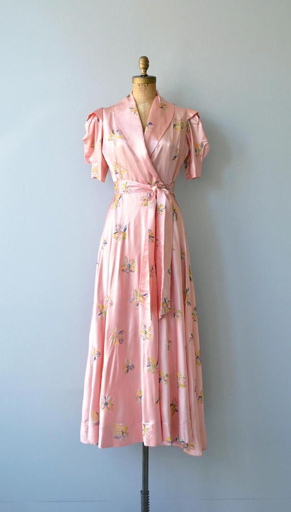 Vintage 1940s pink satin and small floral embroidered wrap dress/dressing gown with puff short sleeves, wide open lapel neckline, long self-fabric sash belt and dramatic sweep. Also has closure at the waist. ✂-----Measurements fits like: extra small bust: 34-38 waist: 25 length: 57 brand/maker: n/a condition: excellent to ensure a good fit, please read the sizing guide: http://www.etsy.com/shop/DearGolden/policy ✩ visit the shop ✩ http://w...