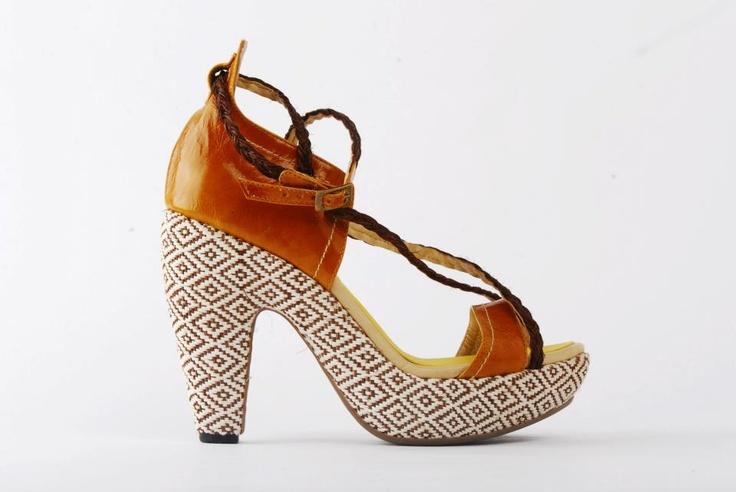 Zapatos de María Castiza, hechos 100% a mano con materiales nobles, mezclando la artesanía y técnicas de las comunidades indígenas de Latinoamérica, entre ellas, fajones con bordados en Perú, fajones hechos en macramé por indígenas de la Guajira en Colombia, y detalles de Iraca de Colombia.