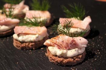 Uotilan herkuttelupala koostuu savusiiasta ja perunalimpusta. Paletti on kerrassaan herkullinen ja sopii tarjoiltavaksi juhlissa ja vaikkapa saunapalana.
