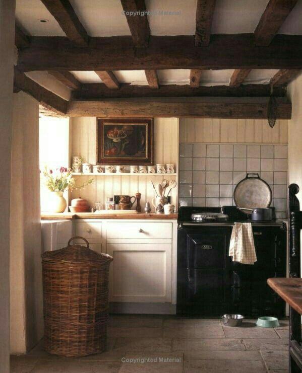 Dit vinden we het mooiste qua sfeer in de keuken. Oud gietijzeren oven/ kookplaat, licht houten kastjes, stenen vloer, houten lambrisering, oude tegeltjes tegen de muur achter de oven, mooie lichtinval, witte wasbak bij het raam. De donkere balken tegen het plafond. Alles ademt rust en geschiedenis.