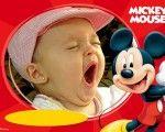 Montajes y Fotomontajes para Bebes y Niños | Fotomontaje de disney fondo rojo y mickey mouse feliz