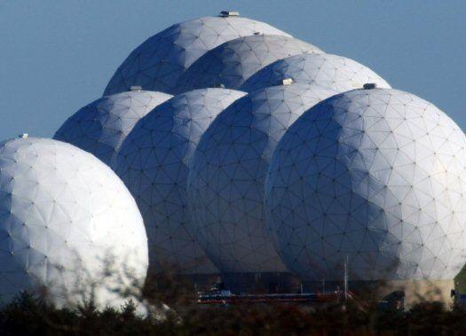 RAF Menwhit Hill. Una base de vigilancia en Inglaterra en la que, como si se tratara del Gran Hermano de George Orwell, existe el mito de que es el lugar en el que se pueden monitorear todas las cámaras y teléfonos existentes en Reino Unido. Si esto es cierto, el sitio representaría el monitoreo electrónico más grande del mundo.
