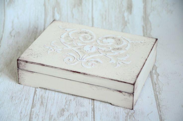 Eleganckie pudełeczko na obrączki ślubne. W środku znajdują się piękne poduszeczki z kokardami. Wieczko ozdobione ornamentem, a brzegi przecierane w stylu shabby chic.  Zapraszamy do internetowego butiku ślubnego MadameAllure! :)