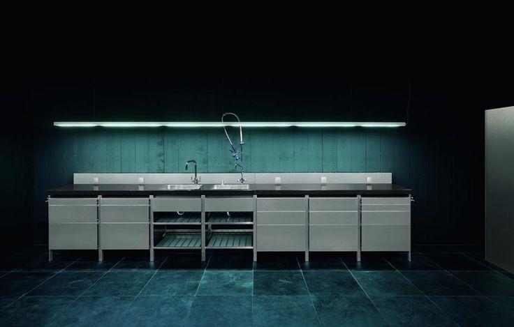 - Vooraanzicht rvs keukenelement. De twee spoelbakken van 40x50cm, 19 cm diep zijn volledig geëntegreerd in het zwart granieten werkblad. serious kitchen