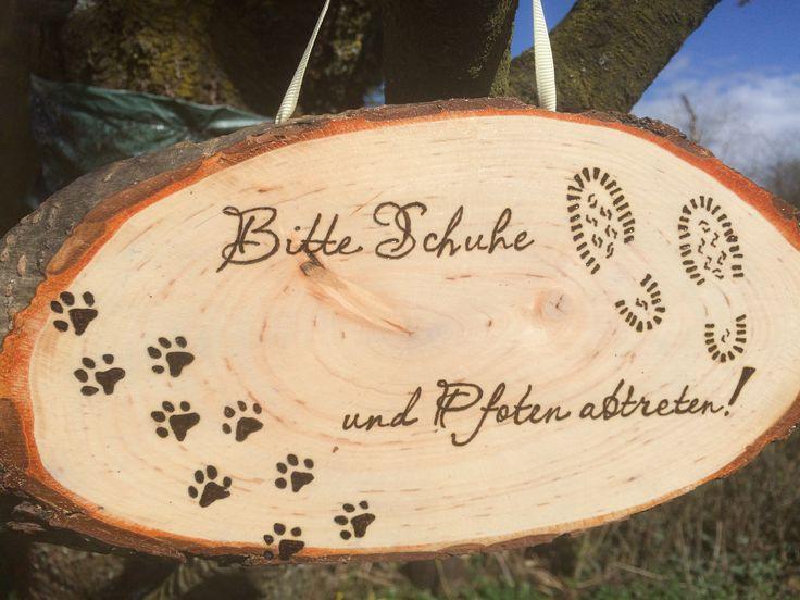 #Rindenscheibe #Holz #Brandmalerei #Schild #Willkommen #Schuhe #Pfoten #Hund #Türschild  www.samtschnutenwunderwelt.de