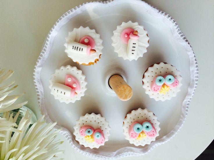 Baby shower cupcakes, crea recuerdos inolvidables.  Síguenos en Instagram @tudulceestilo. Haz tu pedido @tudulceestilo lo tiene todo para tu fiesta o evento especial. Contacto: info.tudulceestilo@gmail.com - +56 9 6899 5547  #tudulceestilo #decoracioneventos #pasteleriacreativa #welovecupcakes #welovecakes #cupacakeschile #pasteleriachile #momentosdulces #babyshowercupcakes #babyshowerdecoration
