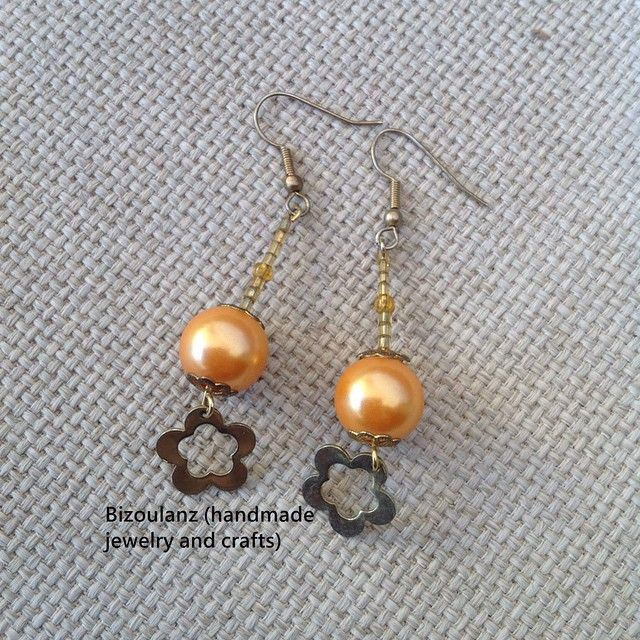 Simple and chic flower earrings.  #flower #earrings #pearls #beads #glass #orange #handmade #handmadejewelry #handmadeearrings #madeingreece #bizoulanz #χειροποίητο #κόσμημα #σκουλαρίκια #λουλούδια