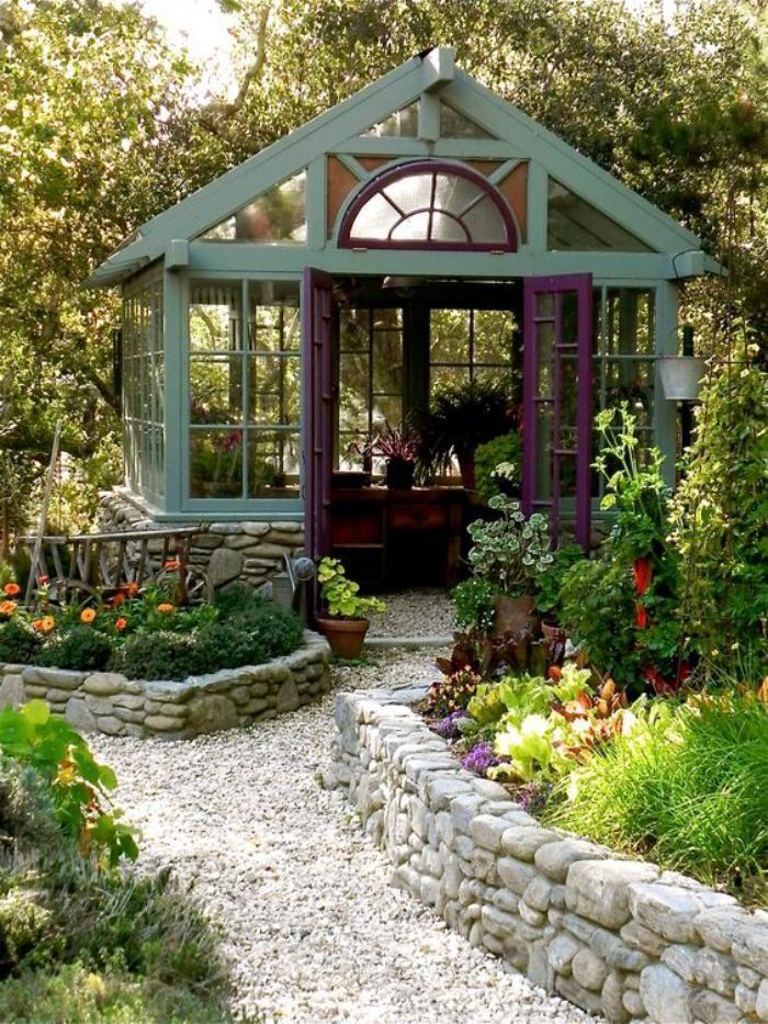 cabanon de jardin, allée en galets blancs et parterres de fleurs