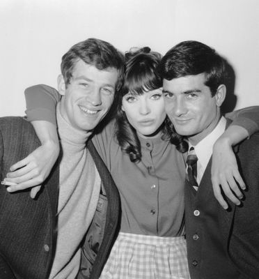 """Anna Karina entre Jean-Paul Belmondo et Jean-Claude Brialy sur le tournage de """"Une femme est une femme"""" (5 déc.1960)"""