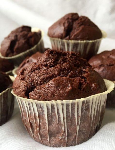 Enkla chokladmuffins som man snabbt svänger ihop och som inte kräver mycket av ens tid är ett toppen alternativ att ha till hands ibland. Sen att dem blir stora och saftiga är bara ett plus i kanten…