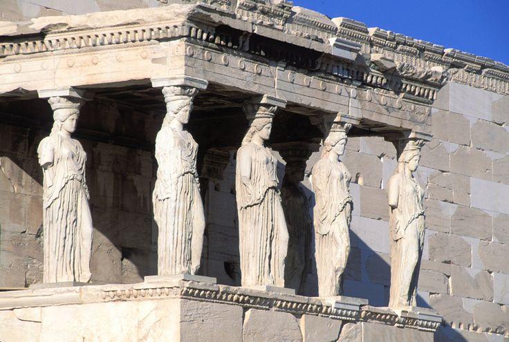 Les statues Kariatida, figurant sur le baldaquin de l'Érechthéion, sur l'Acropole.