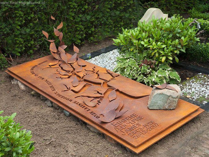 Op begraafplaats st. Barbara in Amsterdam ligt een grafmonument van cortenstaal met een uitgesneden tekening van een gevallen boom met opwaaiende bladeren