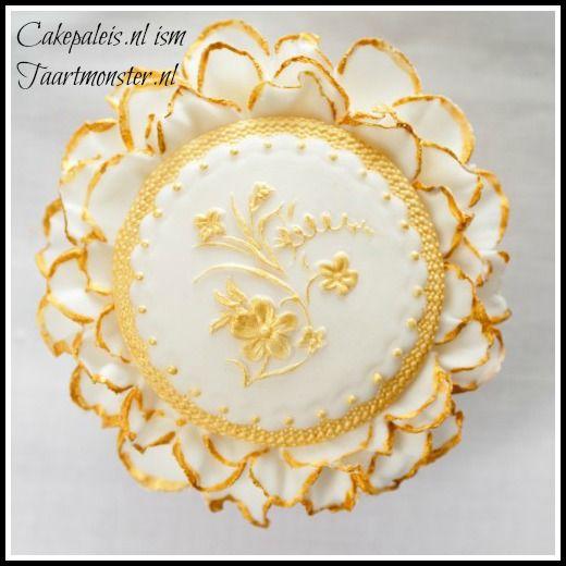 Cupcake met een gouden randje 2     De mold is te koop bij:  http://shop.taartmonster.nl/