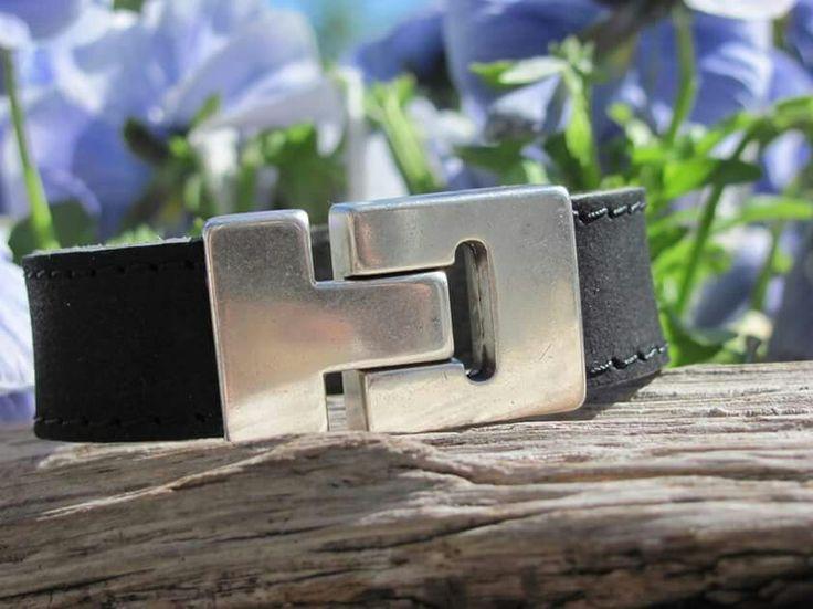 Stoere herenarmband van zware kwaliteit buffelleer. Afgewerkt met een roest en nikkelvrije stalen magneetsluiting! Verkrijgbaar in de kleuren, zwart, marine blauw en taupe.