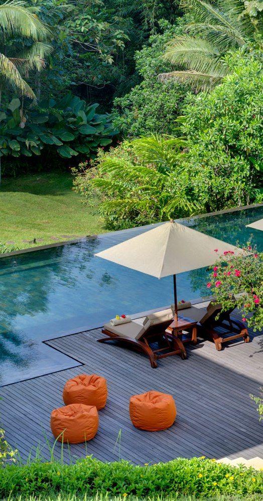 Vista desde arriba. Piscina, terraza, reposeras, quitasoles. Simple y necesario, pero arreglado con estilo y buen gusto.