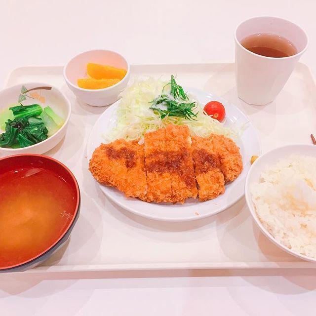 今日の夕食🍴 ・ ・ ・ 今日の夕ご飯はチキンカツ🐷とチンゲン菜の塩和えです!お肉〜〜💛サックサクで噛むたび音がする♪そして青梗菜の塩和えがまた美味しいの!塩加減がご飯を進ませる🍚 ・ ・ ・ 私は一人でご飯を食べるときにYouTubeを見ながら食べます📱特にぷろたんさんの、筋肉食堂を見て食べます♪ぷろたんさん、本当に美味しそうに食べるんですよ🤤というか絶対美味しいと思うものを食べてるんですけどね笑ぜひ見て見てください!幸せな気持ちになります💛 ・ #今日のご飯#とんかつ#かと思った#チキンカツ#チンゲン菜#肉#YouTube#ぷろたん#美味しそうに食べる#姿が好き#💪