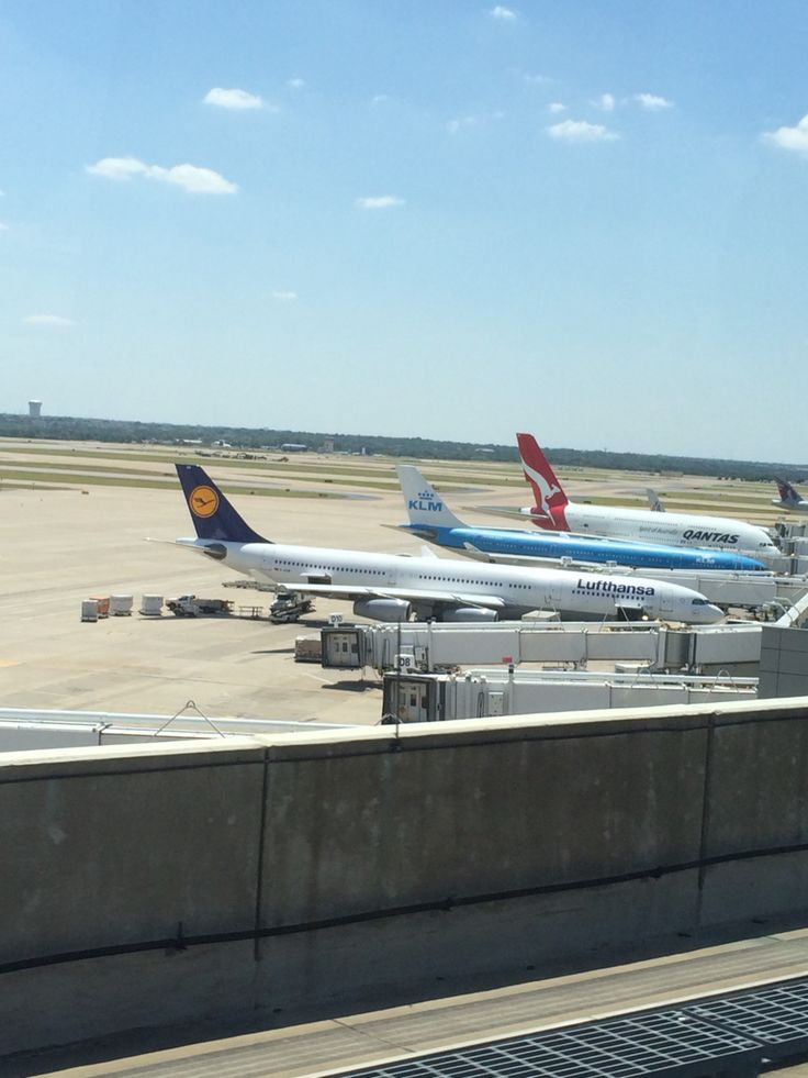 3 súper airlines ( Airbus a 380) at The back