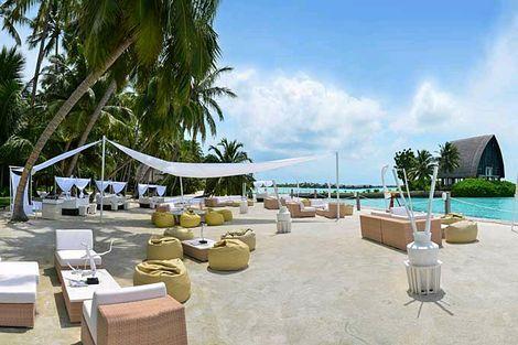 M-Lounge, Shangri-La's Villingili Resort & Spa, Malediven  Deze nieuwe beach lounge biedt stellen een aangename overgang van dag naar nacht. Breng de dag door op stijlvolle ligbedden met het verzachtende geluid van de golven aan je voeten. Wanneer de avond invalt, verandert M-Lounge in een van de populairste live dj-spots op de Malediven.