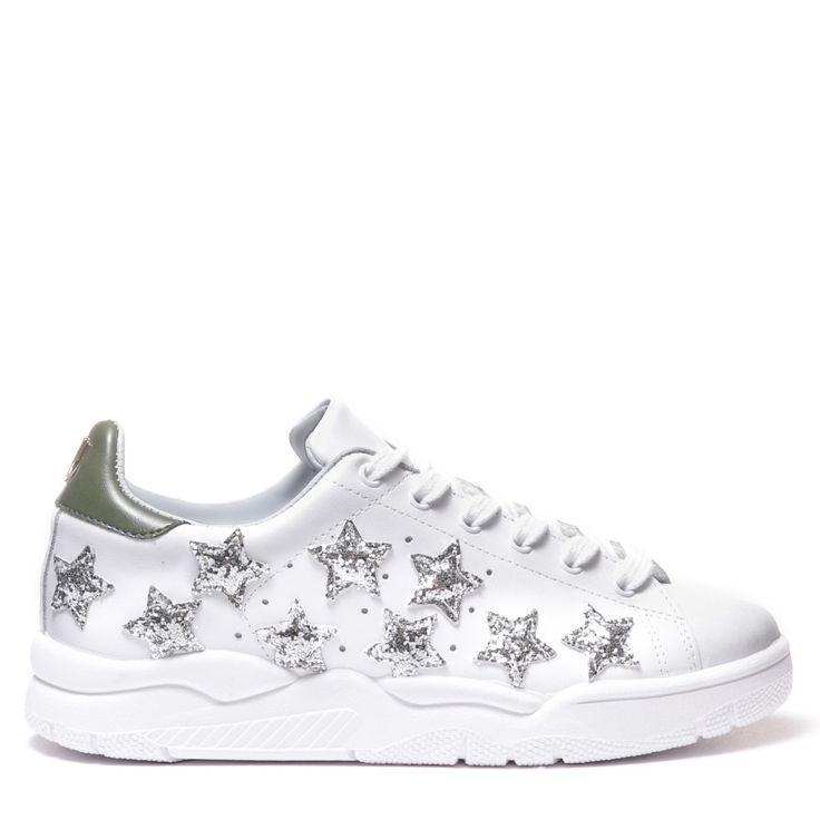 """Sneakers """"roger"""" in pelle bianca con applicazione """"logo"""" in metallo su pelle grigia e stelle glitter rosa. suola interna e fodera in pelle azzurre. made in italy"""
