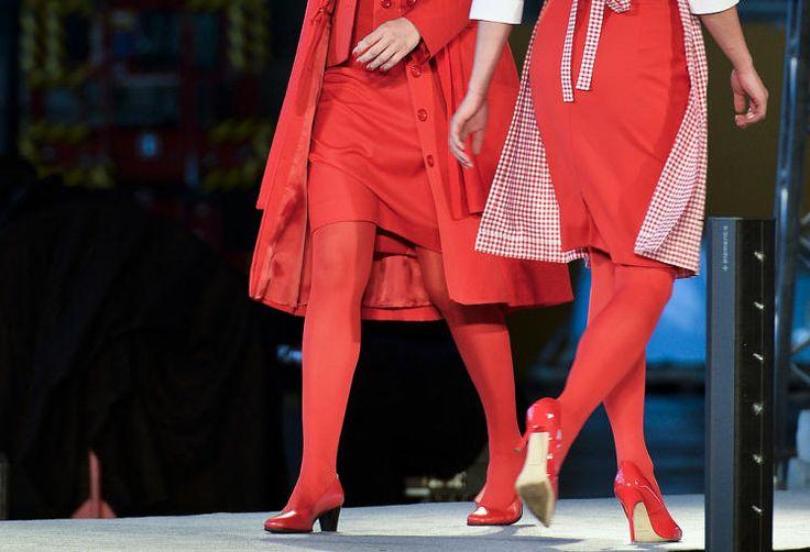 Rote Zukunft: Die Strumpfhosen der AUA-Flugbegleiterinnen bleiben rot. 70 Prozent der Mitarbeiterinnen haben sich für die roten Strumpfhosen und die roten Schuhe entschieden. Die Fluggesellschaft hatte die betroffenen Mitarbeiterinnen abstimmen lassen, weil es immer wieder Beschwerden über die roten Beinbekleidung gab. Mehr Bilder des Tages auf: http://www.nachrichten.at/nachrichten/bilder_des_tages/ (Bild: APA)