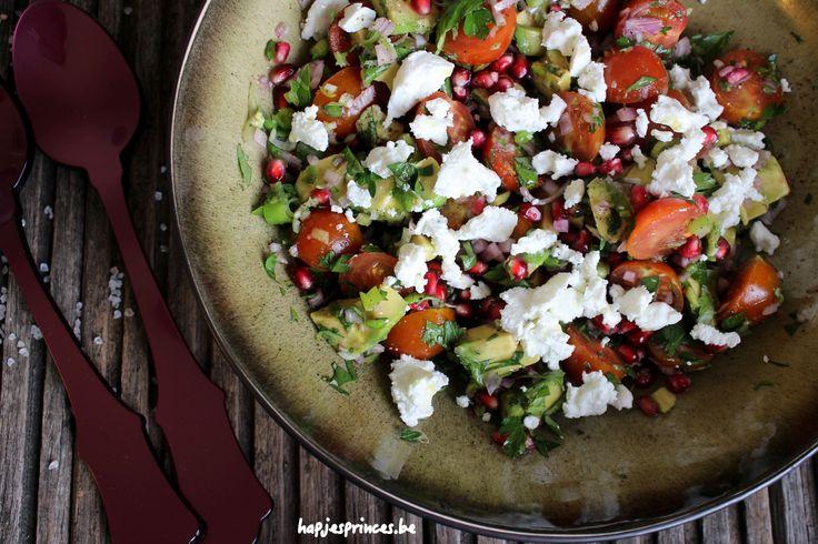 Gezond recept dat ideaal is als lunch. Deze salade met avocado, granaatappel en geitenkaas.