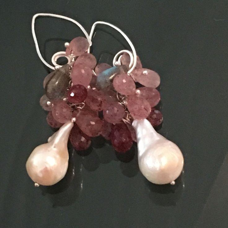 Strawberry- orecchini con gocce di quarzo e perle barocche, labradorite. di Lucedistrega su Etsy https://www.etsy.com/it/listing/459672434/strawberry-orecchini-con-gocce-di-quarzo