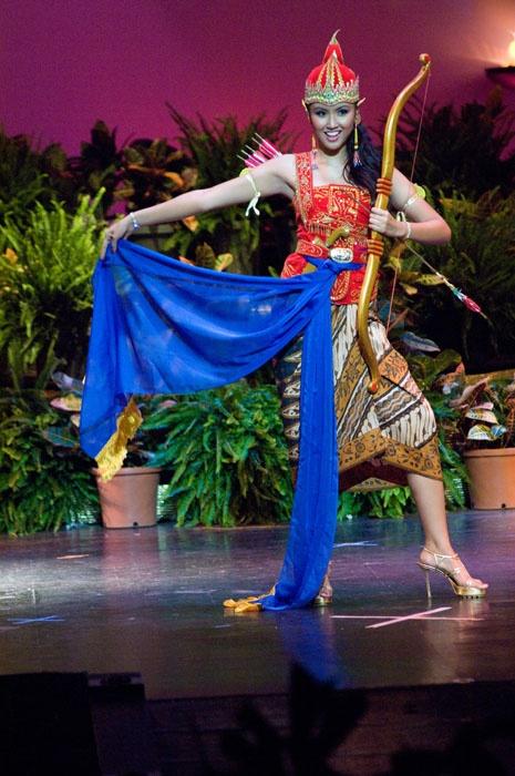 Tari Wayang/Puppet dance, West Java. indonesian