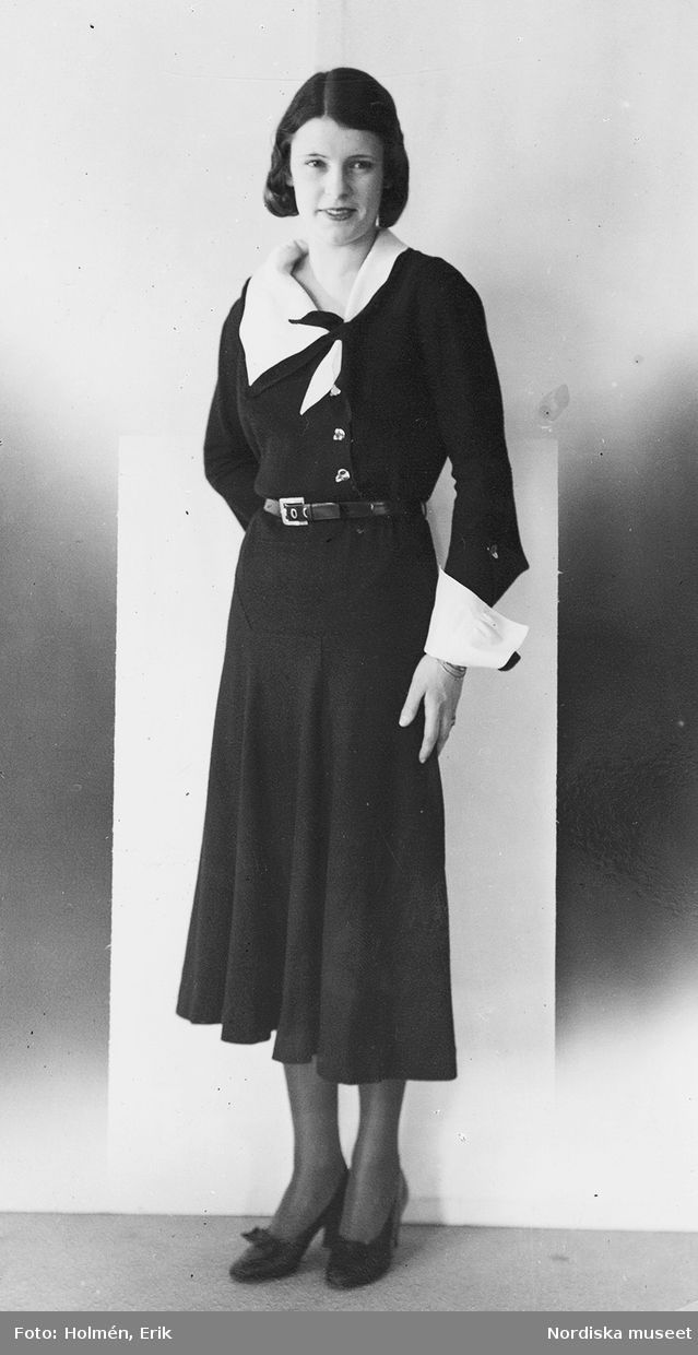 Photo of a model in a black dress with white collar and cuffs, taken by Erik Holmén for Swedish department store Nordiska Kompaniet in 1931.