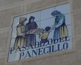Luis Alfonso de Borbón y Farnesio, en el Siglo XVIII,  a través de una de las ventanas del Palacio Arzobispal puso  una peculiar costumbre, la de entregar un trozo de pan a los vagabundos que lo solicitasen, con la  condición de que  hubiesen escuchado misa. Algo que queda perfectamente reflejado en la placa que da nombre a la calle, en 1829, se dejó de hacer este reparto. su nombre original, el de Pasadizo de San Justo, por el del Pasadizo del Panecillo.