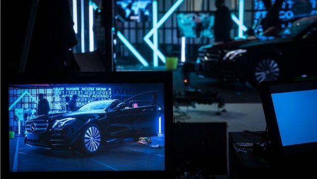 """Mercedes-Benz creó un anuncio en tiempo real durante 12 horas seguidas que se emitió a través de Facebook Live y Youtube. Un experimento que celebra el """"aquí y ahora"""", que defiende que hay cosas increíbles que suceden en el momento presente y que son irrepetibles. Y es que el """"ahora"""" nunca para de suceder y nunca se repite: el estado actual de las cosas nunca vuelve a ser el mismo que era hace un segundo atrás."""