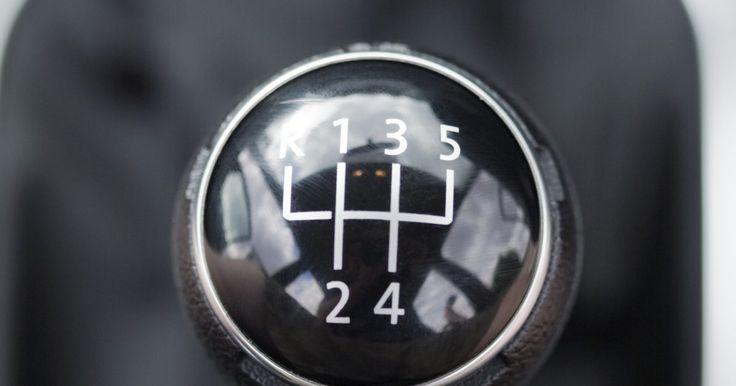 Cómo retroceder cuesta arriba con un auto con palanca de cambios. En la era de la transmisión automática y las palancas situadas en el volante, aprender a manejar una transmisión manual con una palanca de cambios puede ser una tarea difícil. Incluso después de haber aprendido a pasar de neutral a primera y pasar los cambios, todavía hay muchas situaciones que pueden complicarte. Una de esas situaciones es ir ...